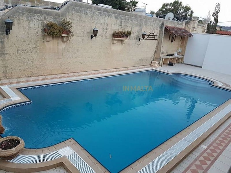 Maltese bungalow with pool and garden letting in malta for Garden pool bungalow